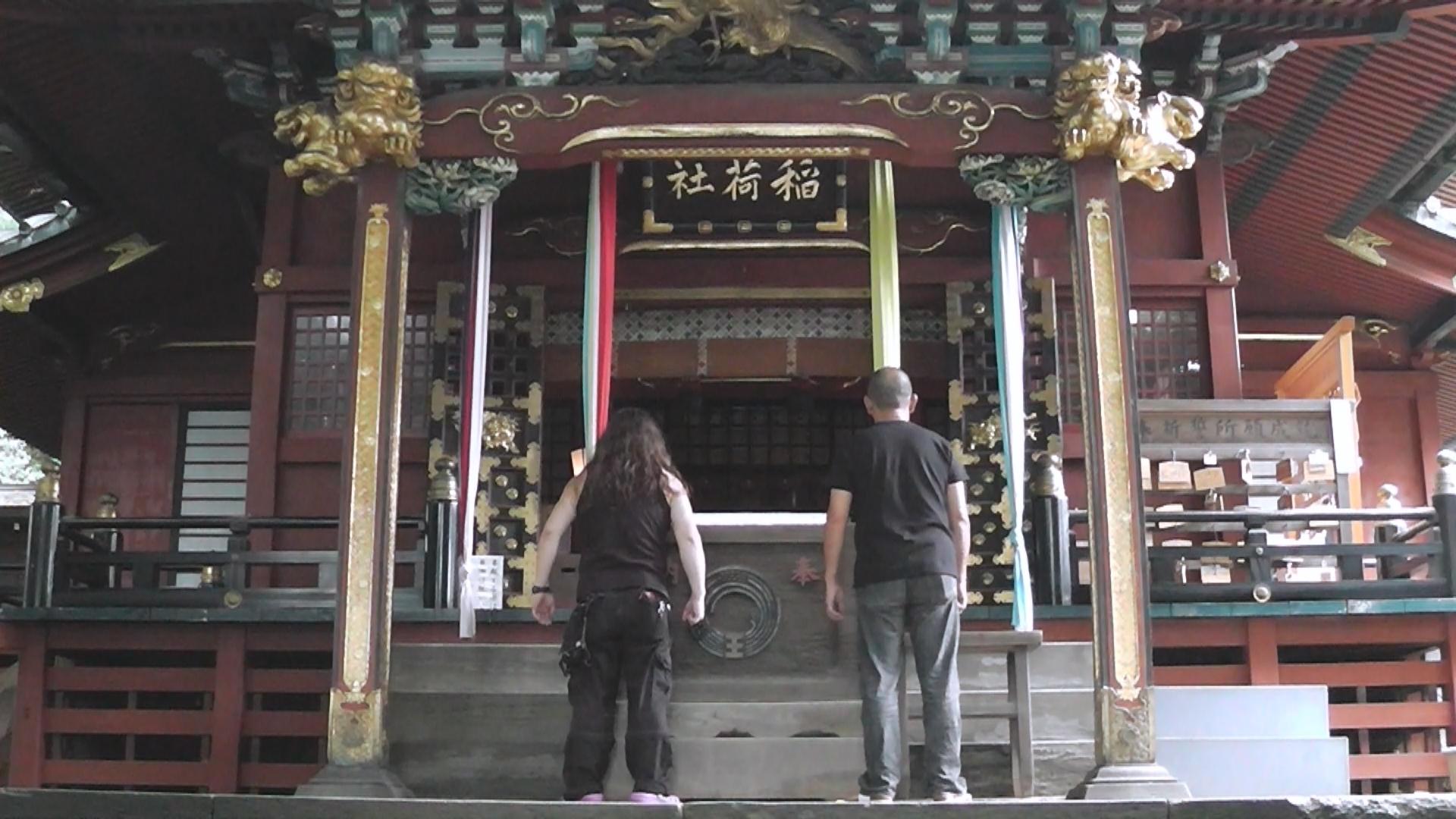 王子稲荷神社本殿前
